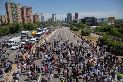 Los trabajadores de Nissan desconvocan la movilización tras cortar Gran Via y Ronda Litoral por el cierre de las plantas