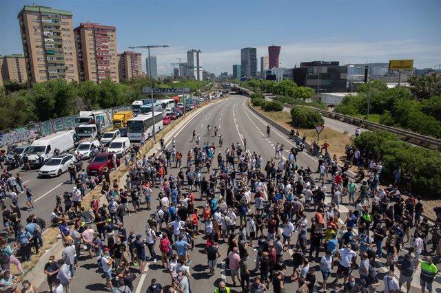 Trabajadores de la planta de producción de Nissan en Barcelona se concentran en el exterior de la fábrica en la Zona Franca el día en el que fabricante japonés de automóviles, como parte de su nuevo plan estratégico a medio plazo, ha decidido cerrarla. El