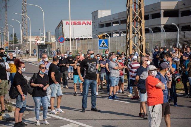 Treballadors de la planta de producció de Nissan a Barcelona es concentren en l'exterior de la fàbrica en la Zona Franca el dia en el qual fabricant japonès d'automòbils, com a part del seu nou pla estratègic a mitjà termini, ha decidit tancar-la