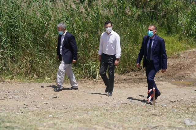 El presidente de la Junta, Juanma Moreno, en visita a Estepona