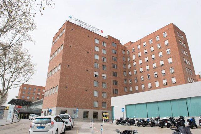 Fachada del Hospital Clínico San Carlos donde se lucha contra el coronavirus, en Madrid (España), a 18 de marzo de 2020.