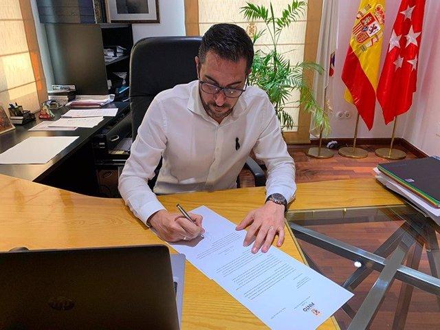 Imagen del alcalde de Pinto, Diego Ortiz, firmando la carta dirigida al consejero de Sanidad, Enrique Ruiz Escudero, sobre los test serológicos.