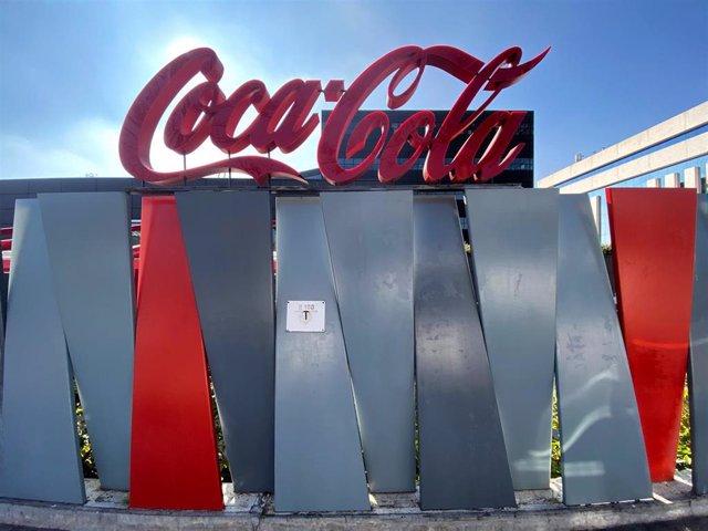 Logotipo de Coca-Cola a las puertas de su sede en la Calle de la Ribera del Loira, Madrid (España), a 14 de febrero de 2020.