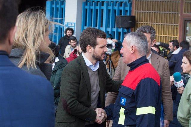 El presidente del PP, Pablo Casado (1i) saluda a uno de los miembros del Comité de Empresa de Alcoa después de la rueda de prensa posterior  a 5 de marzo de 2020.