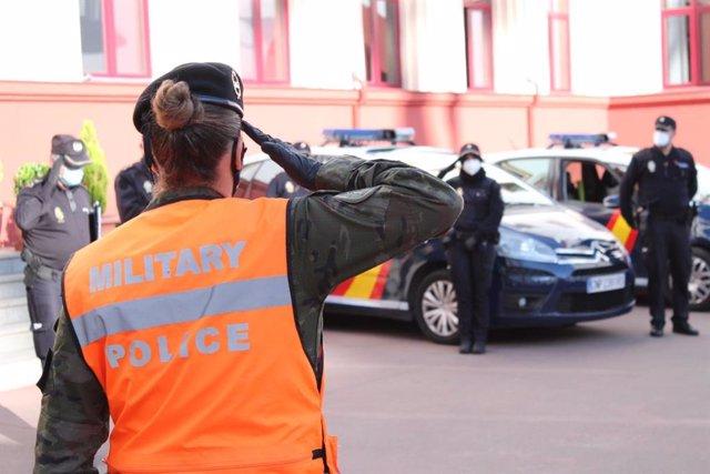 Militares y policías se saludan en Badajoz