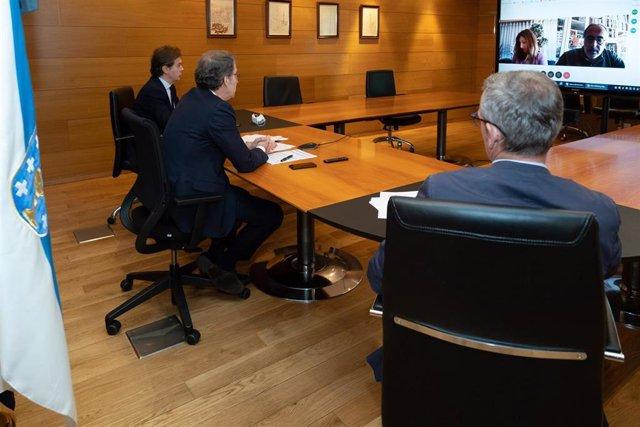 El presidente de la Xunta, Alberto Núñez Feijóo, junto al vicepresidente, Alfonso Rueda, y al  director xeral de Relacións Exteriores, Jesús Gamallo, en una reunión telemática con Fernando Freire de Sousa, presidente de la CCDRR del Norte de Portugal.