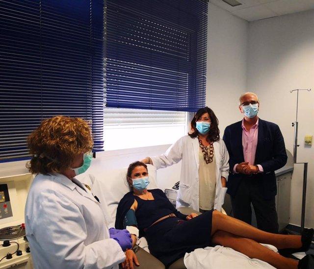 La delegada de Salud y Gamilias, Trinidad Rus, donando plasma durante su visita al Centro de Transfusión Sanguiínea de Jaén