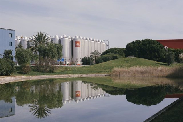 Vista exterior de la planta de producción de Damm en El Prat