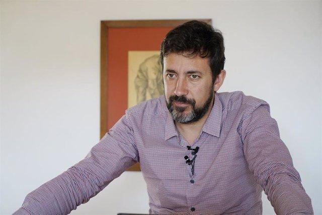 El portavoz de Galicia en Común-Anova Mareas, Antón Gómez-Reino, en rueda de prensa.