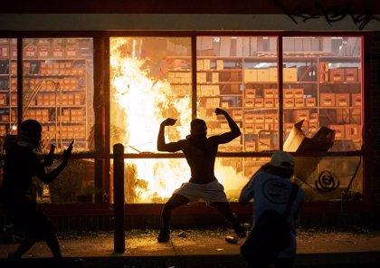 EEUU.- Minnesota vuelve a registrar fuertes disturbios por la muerte de un hombre negro a manos de la Policía