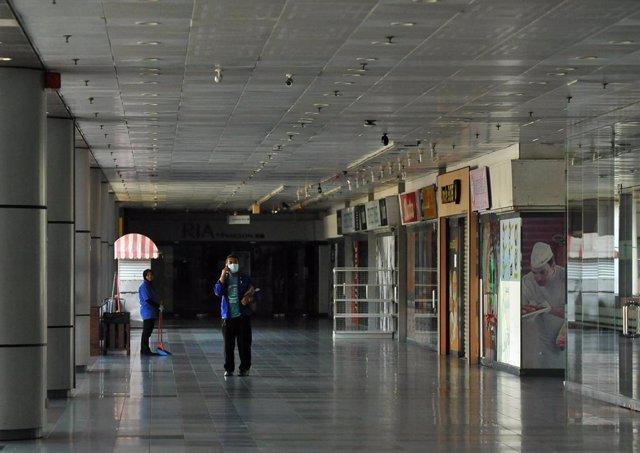 Un centro de negocios en una ciudad de Malasia durante los catorce días de cierre decretados por el Gobierno