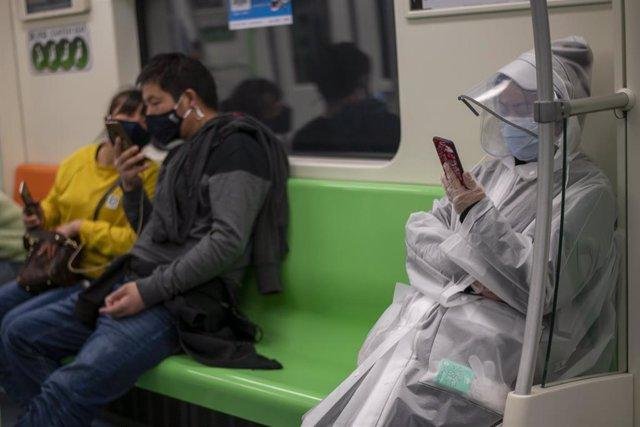 Pasajeros del metro de Shanghái.