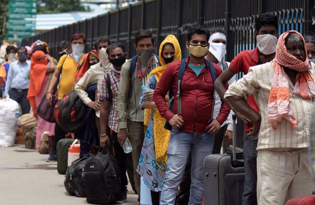 Migrant workers return home in India