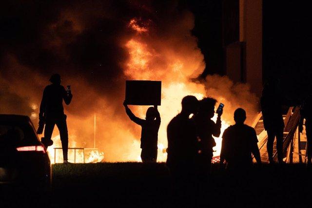 EEUU.-Minneápolis declara la emergencia por los disturbios derivados de la muert