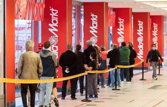Colas tras la reapertura de centros comerciales en Alemania