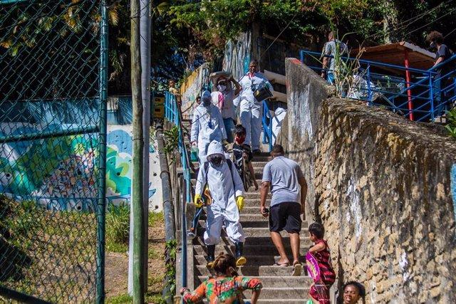 Desinfección en una favela de Río de Janeiro