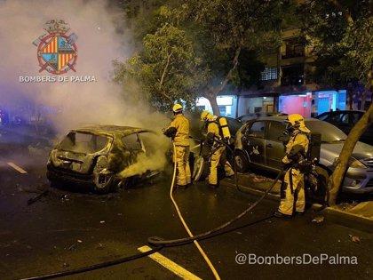 Un coche se incendia en Palma tras chocar contra un árbol y otros vehículos estacionados