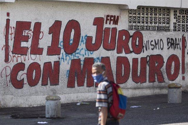 Un hombre con mascarilla en Caracas