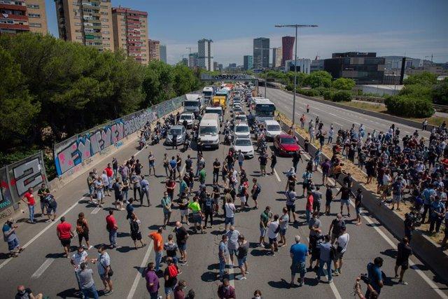 Trabajadores de la planta de producción de Nissan en Barcelona cortan el tráfico en el exterior de la fábrica.