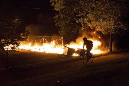 """Trump llama """"matones"""" a los manifestantes de Mineápolis en un tuit bajo amonestación por ensalzar la violencia"""