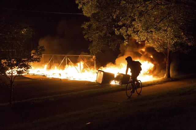 """EEUU.- Trump llama """"matones"""" a los manifestantes de Mineápolis en un tuit bajo a"""
