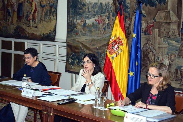 Las ministras Arancha González Laya y Carolina Darias, y la vicepresidenta tercera del Gobierno, Nadia Calviño, en la Carue.