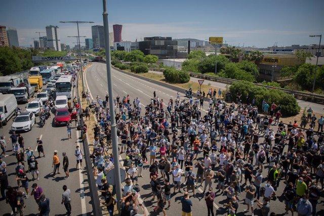 Trabajadores de la planta de producción de Nissan en Barcelona cortan el tráfico en el exterior de la fábrica en la Zona Franca el día en el que fabricante japonés de automóviles ha decidido cerrarla.