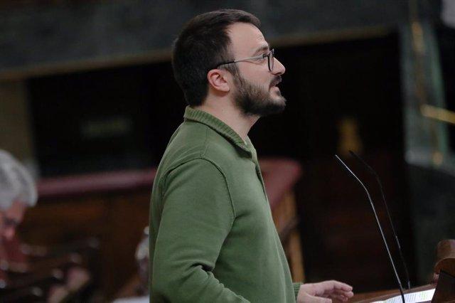 El diputado de la CUP, Albert Botran, interviene desde la tribuna en el Congres, en una sesión plenaria en el Congreso de los Diputados, Madrid (España), a 18 de febrero de 2020.