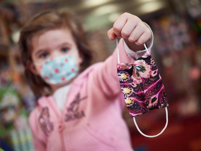 Una niña muestra una mascarilla infantil durante la Pandemia Covid-19  en Abril 26, 2020 en Pamplona, Navarra, España
