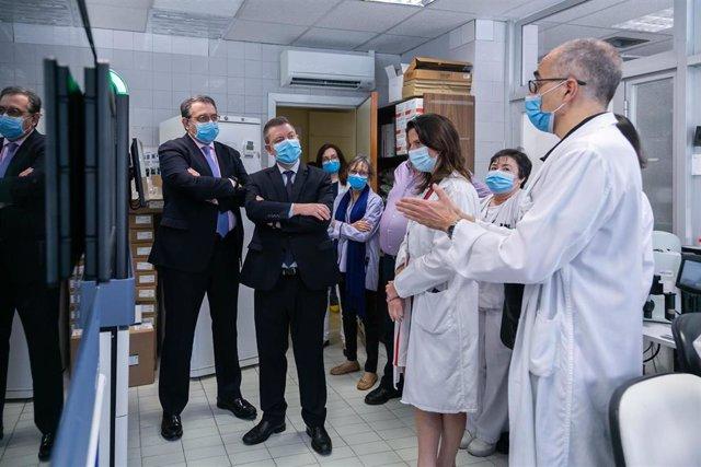 El presidente de C-LM, Emiliano García-Page, y el consejero de Sanidad, Jesús Fernández, visitan el Hospital Virgen de la Salud de Toledo.
