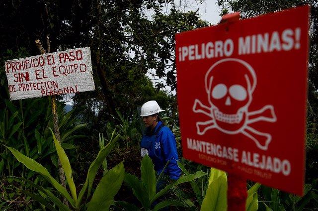Cartel con un aviso sobre la presencia de minas antipersona en Colombia (Imagen de archivo)
