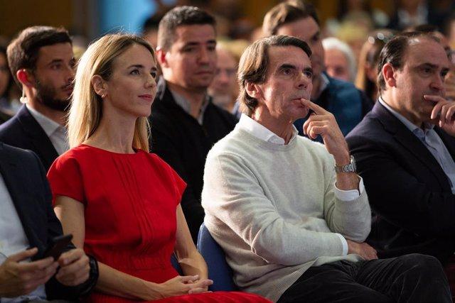 El expresidente del Gobierno, José María Aznar, y la candidata del PP en las elecciones generales por Barcelona, Cayetana Álvarez de Toledo, en un acto del Partido Popular en Barcelona.