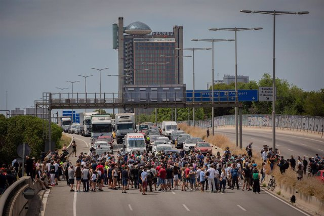 Uns 200 treballadors de Nissan tallen uns minuts la Gran Via a L'Hospitalet de Llobregat (Barcelona), el 29 de maig de 2020.