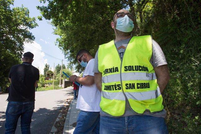 """Un miembro del Comité de Empresa de Alcoa San Cibrao porta un chaleco en el que se lee """"Enerxía solución, Comités San Cibrao"""""""