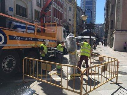 El Ayuntamiento retira la estatua de Tino Casal para reparar el anclaje