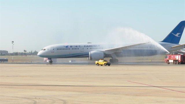Bautismo del primer vuelo de Xiamen Airlines que llega al aeropuerto de Manises (Valencia)