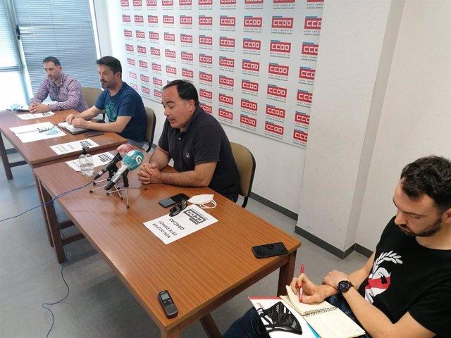 El secretario xeral de la Federación de Industria de CCOO, Víctor Ledo, en rueda de prensa junto a representantes del sector de industrias electrointensivas