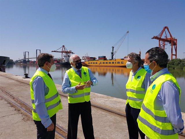 Visita del viceconsejero de Fomento, Jaime Raynaud, y el director general de la Agencia Pública de Puertos de Andalucía (APPA), Rafael Merino, al Puerto de Sevilla.