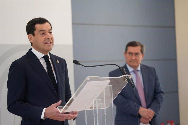 El presidente de la Junta de Andalucía, Juanma Moreno, en presencia del presidente de la Diputación de Granada, José Entrena