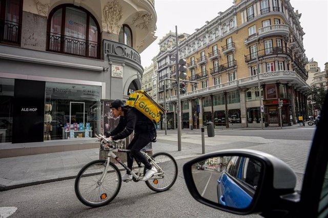 Un joven rider trabajando en la calle el pasado mes de marzo a pesar del estado de alarma por el coronavirus.