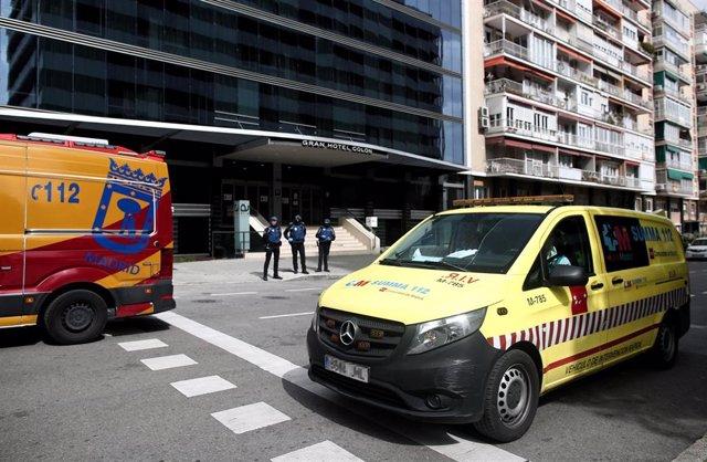 Vehículos de intervención sanitaria del SUMMA a las puertas de el Gran Hotel Colón.