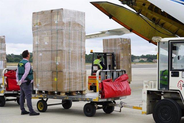 Llegada al aeropuerto de Palma de un cargamento de 17 toneladas de material sanitario, comprado por el Govern.