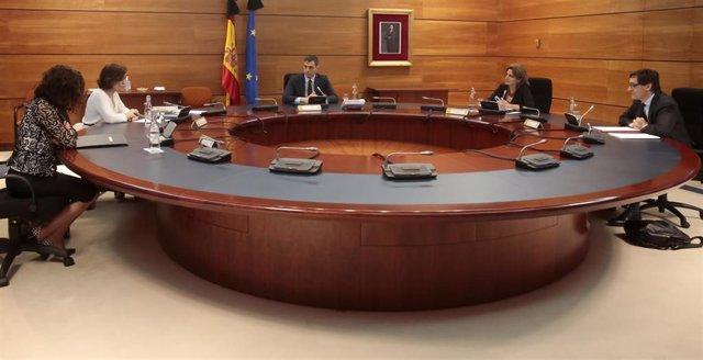 El presidente del Gobierno, Pedro Sánchez (3d), el ministro de Sanidad, Salvador Illa (1d), la ministra de Hacienda, Maria Jesús Montero (1i), la vicepresidenta Carmen Calvo (2i) y la ministra de Transición Ecológica, Teresa Ribera (2d), en el Consejo de