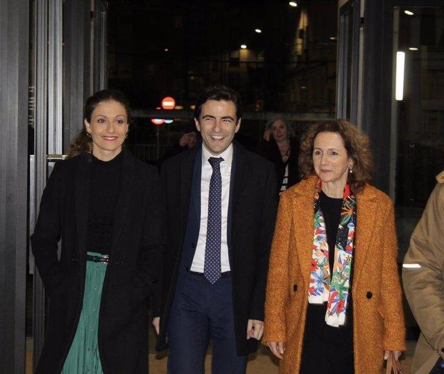 Los socialistas Ainoa Quiñones, Pedro Casares e Isabel Fernández
