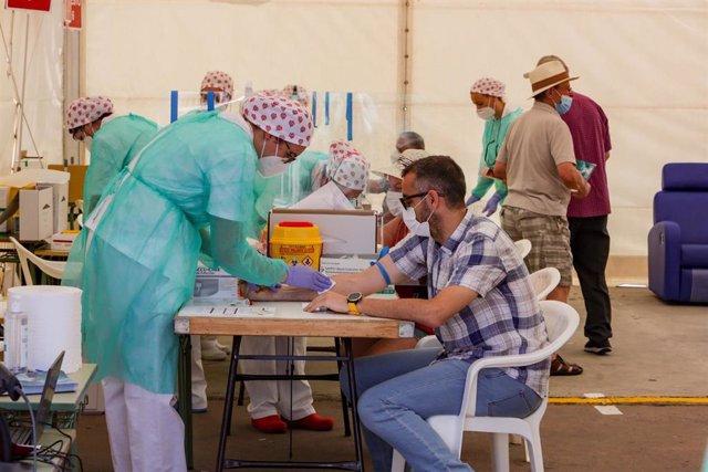 Vecinos del municipio madrileño de Torrejón se realizan una de las pruebas diagnósticas de Covid-19