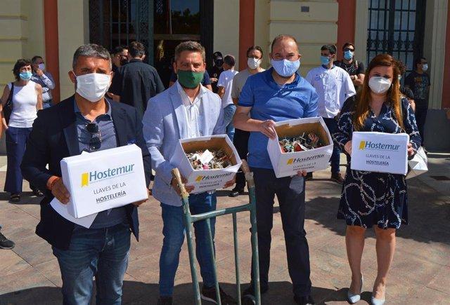 Imagen de la entrega simbólica de llaves efectuada por Hostemur a las puertas del Ayuntamiento de Murcia