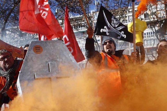 Trabajadores de la empresa productora de aluminio, Alcoa, se manifiestan en Madrid para exigir medidas al Gobierno que impidan el cierre definitivo de las fábricas.