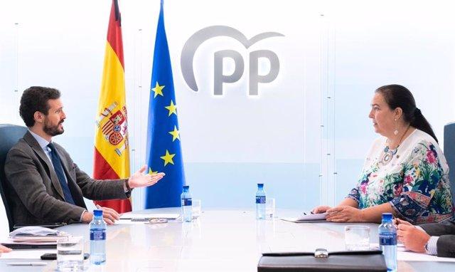 El presidente del PP, Pablo Casado, se reúne con la presidenta de la AVT, Maite Araluce, en  la sede del PP. En Madrid, a 29 de mayo de 2020