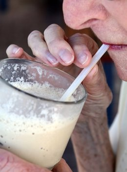 Leche, batido, mayor, anciano, vaso, bebiendo