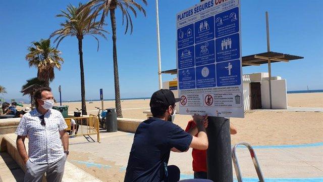 El concejal de Playas en València, Giuseppe Grezzi, durante la visita este viernes a playas urbanas de la ciudad.